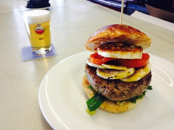 Hamburguesa con queso de cabra, paté, champiñón y mahonesa al Pedro Ximenez
