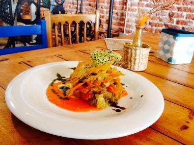 Lasaña crujiente de wan tun con verduras confitadas