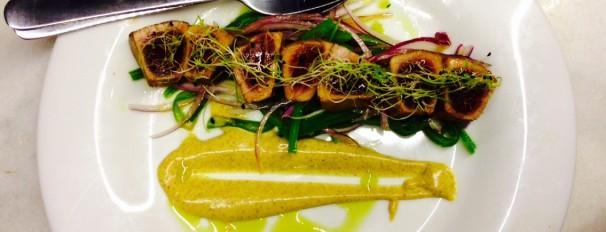 Tataki de salmón con ensalada de judías verdes y mahonesa de curry
